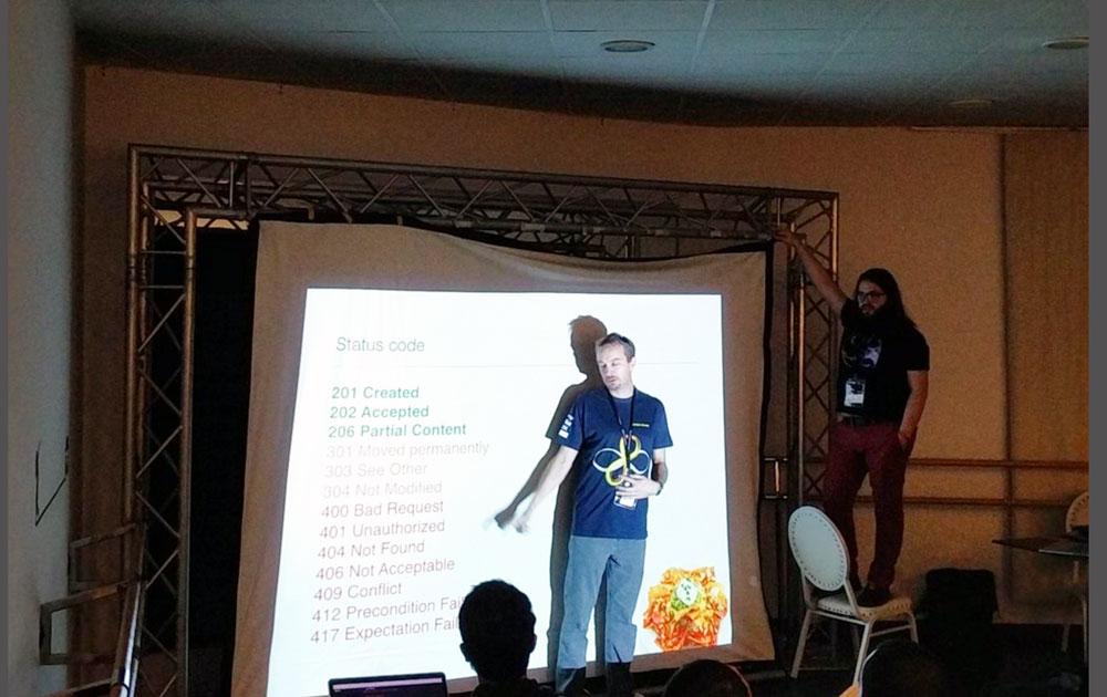 Quentin Adam peut aussi tenir un écran pendant votre présentation